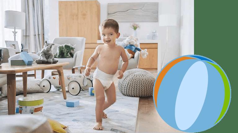 bebé con pañal caminando