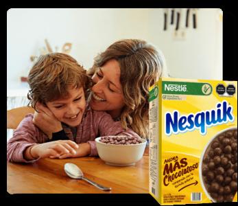 Niño Y Mamá Desayunando Cereal
