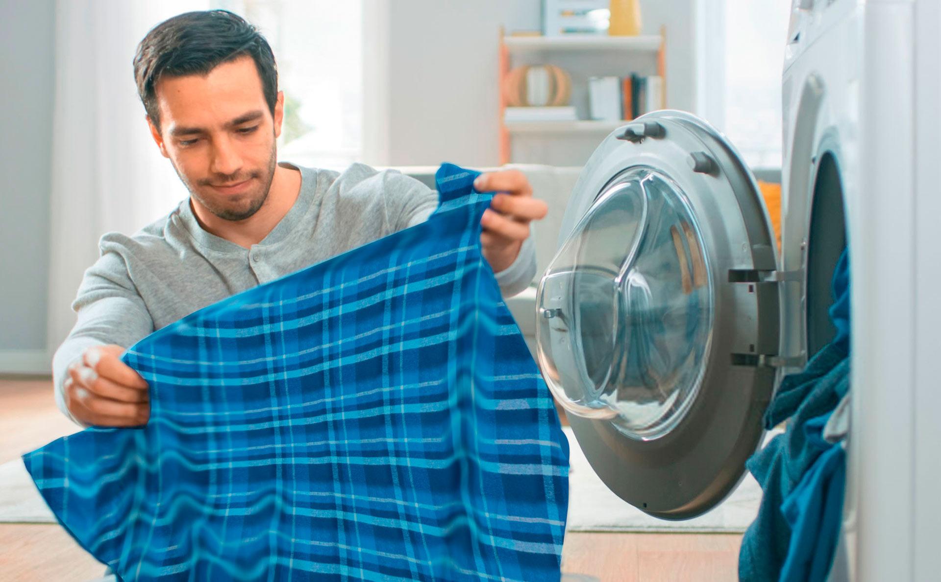 Hombre Lavando Camisa