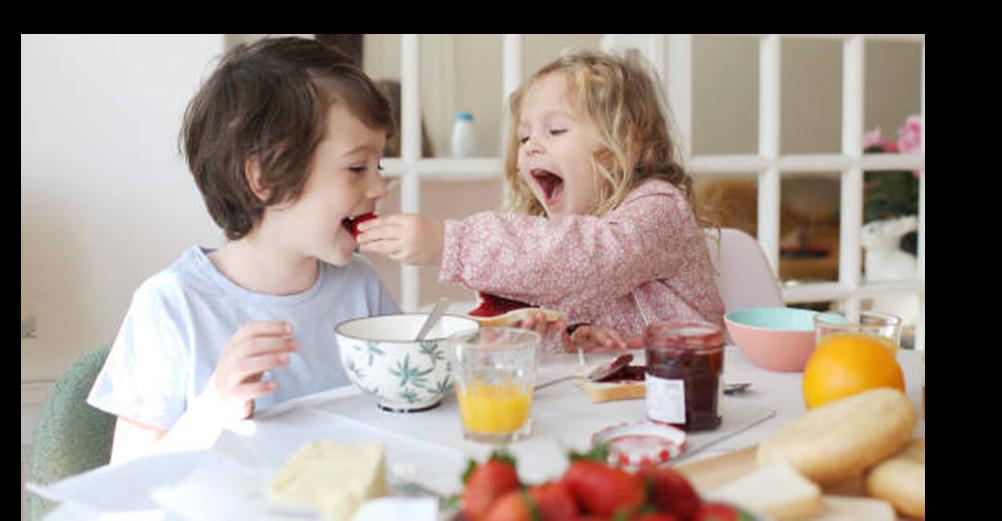 Niños Comiendo Fruta Orgánica